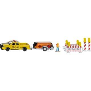 siku 3505, RAM 1500 Pick-up mit Kompressoranhänger, Schranken und Figur, 1:50, Metall/Kunststoff, Gelb/Orange, Inkl, Spielfigur und Absperrungen (ABVK)
