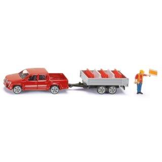 siku 3543, Pick-Up mit Kippanhänger, 1:55, Metall/Kunststoff, Rot, Inkl, Spielzeugfigur und 5 Verkehrsleitblöcke (ABVK)